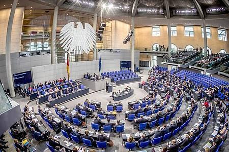 Die Übersicht zeigt den Plenarsaal während einer Sitzung des Deutschen Bundestages. Foto: Michael Kappeler/dpa