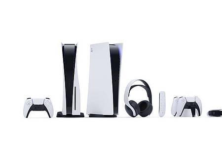 Zwei Konsolen und jede Menge Zubehör:Die Playstation 5 gibt es mit (links) und ohne Laufwerk. Foto: Sony Interactive Entertainment/dpa-tmn