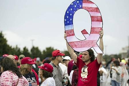 Die zentrale Behauptung der QAnon-Anhänger ist, dass es eine Verschwörung gegen US-Präsident Donald Trump in den tieferen Schichten des US-Regierungsapparats gebe. Foto: Matt Rourke/AP/dpa