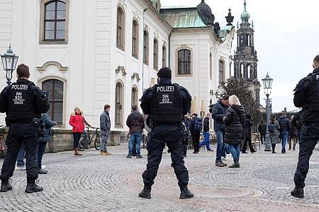 Polizisten sperren die Brühlschen Terrassen inDresden. Trotz mehrerer Verbote von Corona-Demonstrationen rüstet sich die Polizei für einen Großeinsatz in der Landeshauptstadt. Foto: Sebastian Willnow/dpa-Zentralbild/dpa
