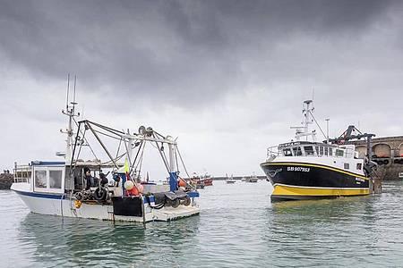 Französischen Fischerboote blockieren den Hafen, so dass Fischerboote aus Jersey nicht auslaufen können. Nach dem Ausscheiden der Briten aus der EU war es zu einem Streit über Gesamtfangmengen und deren Aufteilung gekommen. Foto: Gary Grimshaw/Balliwick Express/AP/dpa