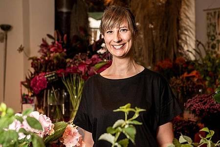 Sie hat sich von den Arbeitsbedingungen nicht abschrecken lassen: Lisa Eva Zienc genießt ihren Ausbildungsalltag als angehende Floristin. Foto: Zacharie Scheurer/dpa-tmn