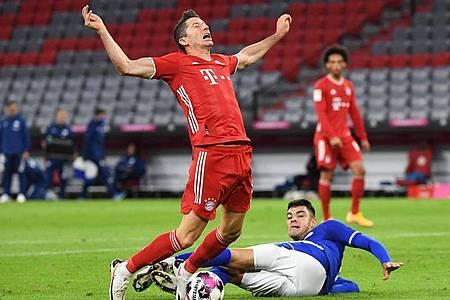 Strafstoß in München: Der Schalker Ozan Kabak bringt Bayern-Stürmer Robert Lewandowski zu Fall. Foto: Matthias Balk/dpa