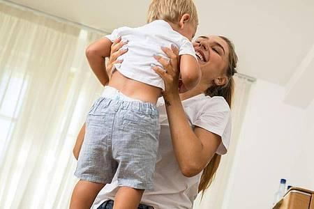 So machen es Eltern richtig: Mit beiden Händen unter der Achsel das Kind greifen und dann hochheben. Foto: Christin Klose/dpa-tmn