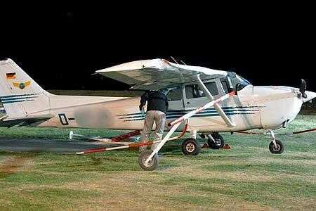 Ein Mitarbeiter der Bundesstelle für Flugunfalluntersuchung untersucht im Oktober 2018 die Unglücks-Cessna. Foto: Jörn Perske/dpa