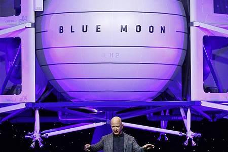 Blue Origin, die Raumfahrtfirma von Amazon-GründerJeff Bezos, will im Juli erstmals Touristen ins All bringen. Foto: Patrick Semansky/AP/dpa