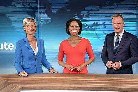 Barbara Hahlweg, Jana Pareigis und Christian Sievers im runderneuerten ZDF-Nachrichtenstudio. Foto: Jana Kay/ZDF Corporate Design/dpa