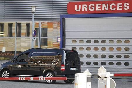 Ein Leichenwagen vor dem Notdienst eines Krankenhauses in Straßburg. Foto: Jean-Francois Badias/AP/dpa