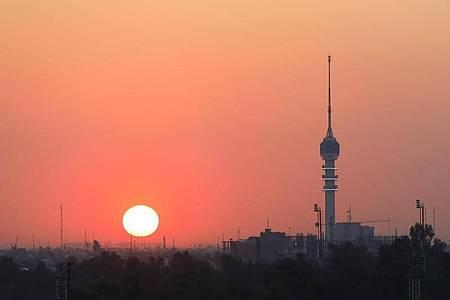 Die Sonne geht in Bagdad unter. Der neue Regierungschef Al-Kasimi gilt als Kompromisskandidat. Foto: Zhang Miao/XinHua/dpa