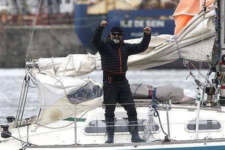 Juan Manuel Ballestero steht auf seinem Boot. Am 24. März - nachdem Argentinien alle Flüge gestrichen hatte - legte er im Hafen von Porto Santo in Portugal ab und erreichte am 17. Juni Mar del Plata. Foto: Vicente Robles/AP/dpa