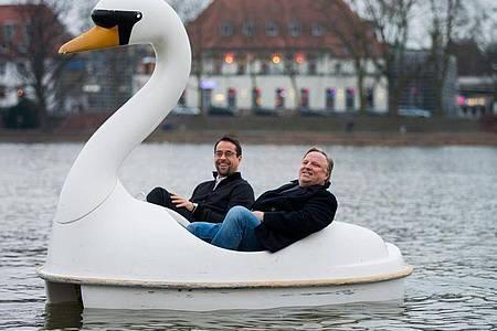 """Jan Josef Liefers (l) und Axel Prahl bei Dreharbeiten zum Münster-Tatort """"Schwanensee"""". Foto: picture alliance / dpa"""