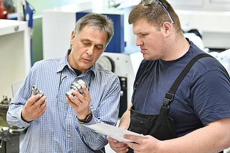 Viel Wissen in kurzer Zeit:Von seinem Ausbilder Darko Novak (l.) lernt Robin Stenzel in zwei Jahren alles, was für die Arbeit als Fachkraft für Metalltechnik wichtig ist. Foto: Kirsten Neumann/dpa-tmn