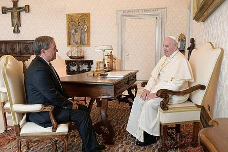 Armin Laschet (CDU, l.), Ministerpräsident von Nordrhein-Westfalen, sitzt während einer Privataudienz bei Papst Franziskus im Vatikan. Foto: ---/Staatskanzlei NRW/dpa