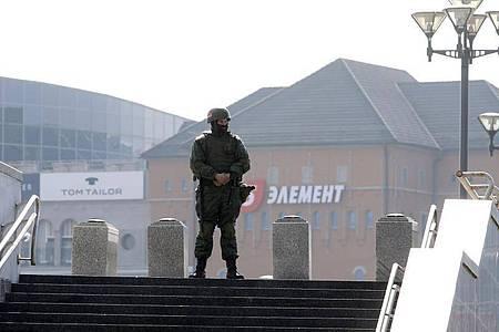 Ein Soldat des belarussischen Innenministeriums steht vor einem Einkaufszentrum in Minsk Wache. Foto: Uncredited/BelaPan/dpa