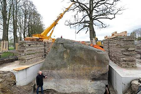 Bürgermeister Volker Bartl vor dem teilweise freigelegten «Großen Stein». Foto: Bernd Wüstneck/dpa-Zentralbild/dpa