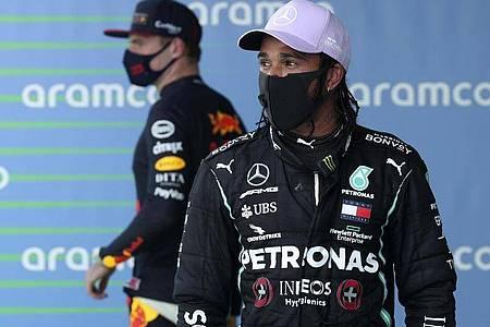Auf der Jagd nach der Pole in Spa: Mercedes-Pilot Lewis Hamilton (r) und Red-Bull-Fahrer Max Verstappen. Foto: Albert Gea/Pool Reuters/AP/dpa
