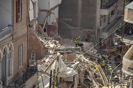 Rettungskräfte haben in Beirut bei der Suche nach einem vermeintlichen Überlebenden niemanden gefunden. Foto: Hassan Ammar/AP/dpa