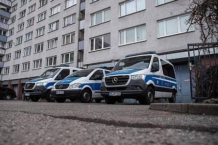 Bei der Razzia gegen Schleuser, denen Menschenhandel und Zwangsprostitution vorgeworfen wird, durchsuchten Beamte zahlreiche Wohnungen in Berlin sowie in anderen Städten. Foto: Paul Zinken/dpa-Zentralbild/dpa