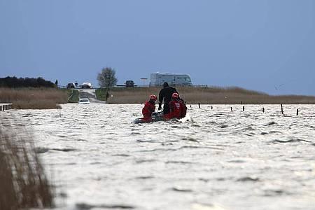 Rettungskräfte im Meer vor Ostfriesland, die von der Flut überraschten Ausflüglern helfen. Foto: Frank Loger/NonstopNews/dpa