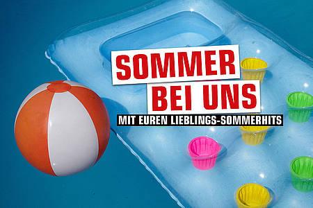orange-weißer Wasserball und Luftmatratze im Pool