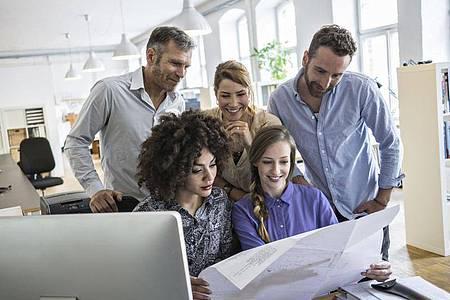 Manche Unternehmen möchten die Potenziale ihrer Belegschaft besser nutzen - und entscheiden sich deshalb für ein Diversity-Training. Foto: Florian Küttler/Westend61/dpa-tmn