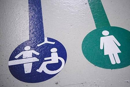 Toilette für alle:Sie können vor allem wegen ihrer zusätzlichen Ausstattung schwer- und mehrfachbehinderten Personen helfen. Foto: Sebastian Gollnow/dpa