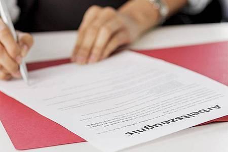 Hat man ein qualifiziertes Arbeitszeugnis beantragt, muss es auch mit Ende des Arbeitsverhältnisses vorliegen. Foto: Monique Wüstenhagen/dpa-tmn