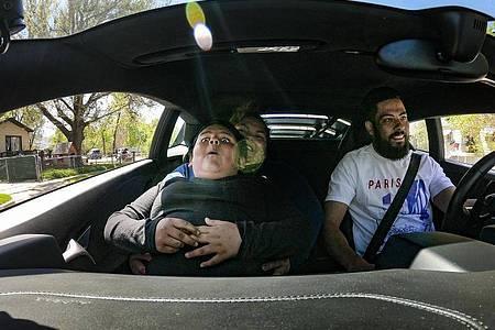 Der fünfjährige Adrian fährt in einem Lamborghini Huracan. Ein Lamborghini-Besitzer hat den Jungen nach seiner Spritztour besucht und macht mit ihm eine Spritztour. Foto: Scott G Winterton/The Deseret News/AP/dpa