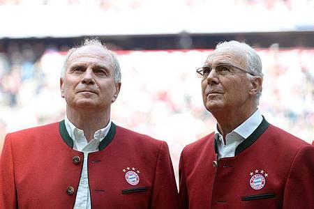 Wollen Bayerns Geisterspiel gegen Frankfurt live im Stadion verfolgen: Uli Hoeneß (l) und Franz Beckenbauer. Foto: picture alliance / dpa