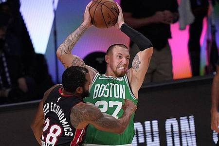 Daniel Theis (r) bestreitet mit den Boston Celtics in der NBA derzeit die Finalspiele der Eastern Conference. Foto: Mark J. Terrill/AP/dpa