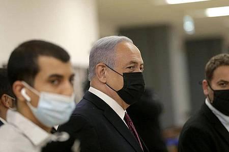 Benjamin Netanjahu (M), Ministerpräsident von Israel, trifft in der israelischen Knesset (Parlament) vor der Abstimmung über ihre Auflösung ein. Foto: Alex Kolomoisky/Pool Yediot Aharonot/dpa