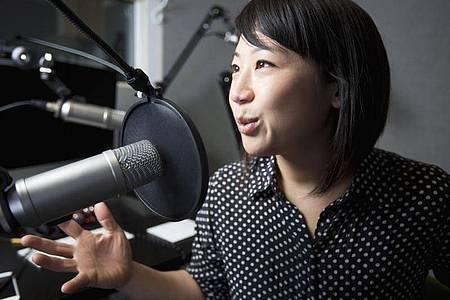 Die Klangqualität muss stimmen: Auch wenn es nicht gleich ein Studio sein muss, ist ein Studiomikrofon allemal empfehlenswert. Foto: Blend Images/Jasper Cole/Bildagentur-online/dpa-tmn