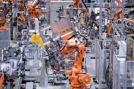 Die Arbeitswelt wird zunehmend von Künstlicher Intelligenz, Robotern und Algorithmen vereinnahmt. Das könnte in einigen Industriezweigen viele Jobs kosten. Foto: Sven Hoppe/dpa