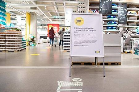 «Bitte Abstand halten - unser Einkaufswagen hilft» steht im Einrichtungshaus IKEA-Magdeburg auf einem Schild. Foto: Klaus-Dietmar Gabbert/dpa-Zentralbild/ZB