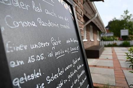 Ein Schild mit der Aufschrift «Leider hat auch uns die Corona Pandemie erreicht», steht vor dem Restaurant «Alte Scheune» in Moormerland. Foto: Lars-Josef Klemmer/dpa