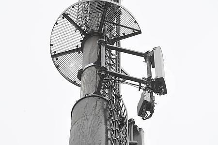 Mobilfunkantennen für den Mobilfunkstandard 5G an einem Mobilfunkmast. Foto: Stefan Sauer/dpa-Zentralbild/dpa