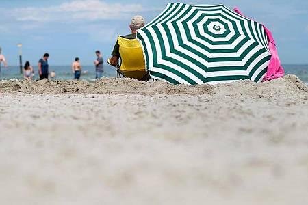 Einer Studie nach geht jeder zweite Beschäftigte in der Privatwirtschaft beim Urlaubsgeld leer aus. Foto: Hauke-Christian Dittrich/dpa