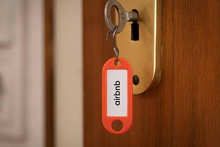Airbnb verbietet Partys in allen auf der Plattform gemieteten Wohnungen. Foto: Friso Gentsch/dpa