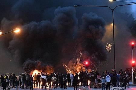 Demonstranten haben im schwedischen Malmö Reifen angezündet. Foto: Uncredited/TT NEWS AGENCY/AP/dpa