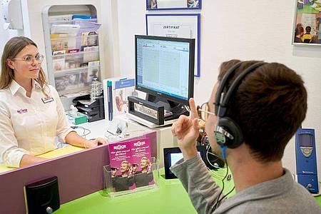 Auf jeden Kunden muss sie sich einstellen: Carolin Haag führt einen Hörtest durch. Foto: Thomas Frey/dpa-tmn