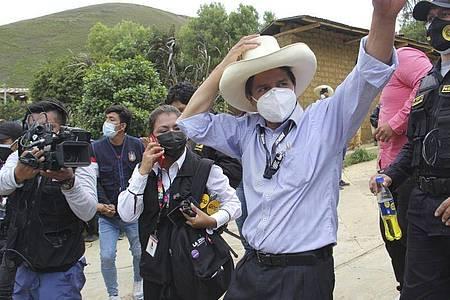 Pedro Castillo winkt seinen Anhängern zu, nachdem er seine Stimme bei den Parlamentswahlen abgegeben hat. Foto: -/Andina News Agency/AP/dpa