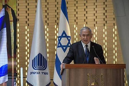Benjamin Netanjahu, Ministerpräsident von Israel, spricht bei einer Gedenkzeremonie auf einem Militärfriedhof in Jerusalem. (Archivbild). Foto: -/GPO/dpa