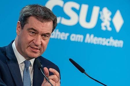 Markus Söder gibt am 18. Mai vor Beginn der CSU-Vorstandssitzung ein Statement ab. Beim jetzigen Parteitag wird er aus seinem Arbeitszimmer zugeschaltet. Foto: Peter Kneffel/dpa