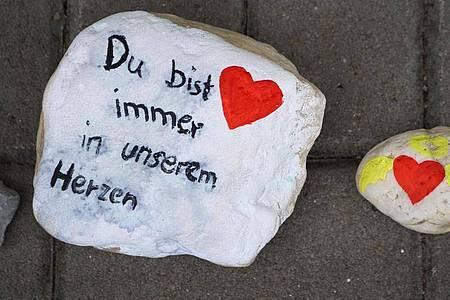 Bemalte Steine vor dem Eingang einer Kindertagesstätte in Viersen. Foto: Sascha Rixkens/dpa