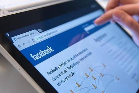Facebook zeigt es Nutzern künftig an, wenn sie Artikel teilen wollen, die schon älter als 90 Tage sind. Foto: Andrea Warnecke/dpa-tmn