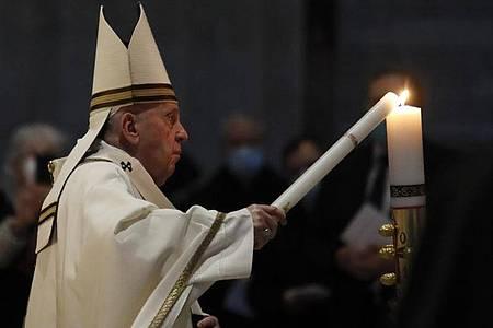 Papst Franziskus zelebriert die Osternacht im fast leeren Petersdom. Foto: Remo Casilli/Pool Reuters/AP/dpa