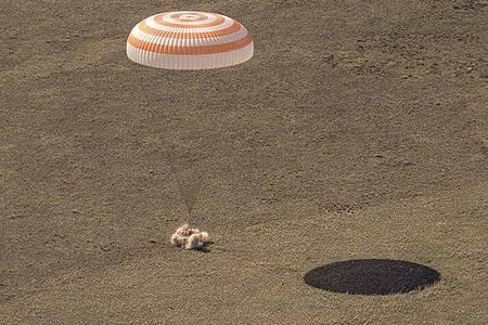 Die russische Raumkapsel Sojus MS-17 landet in einem abgelegenen Gebiet in Kasachstan. Foto: Bill Ingalls/NASA/AP/dpa