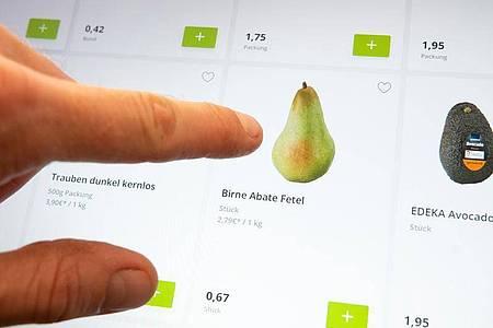 Auch wenn die Birne auf dem Bild wie gemalt aussieht, kann eine optisch weniger attraktive Frucht geliefert werden. Darauf hat man bei der Online-Bestellung keinen Einfluss. Foto: Florian Schuh/dpa-tmn