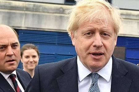 Boris Johnson (rechts) und der Mann, der ihm inmitten einer Spendengeld-Affäre beispringt: VerteidigungsministerBen Wallace. Foto: Jeff J Mitchell/PA Wire/dpa