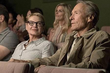 Mary (Dianne Wiest) mit ihrem Ex-Mann Earl (Clint Eastwood), der jetzt als Drogenkurier unterwegs ist. Foto: Warner Bros. Entertainment Inc., Bron Creative, and Imperative Entertainment, LLC/ARD Degeto/dpa